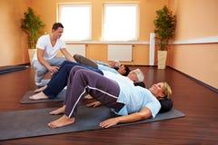 Exercícios traseiros em um grupo Fotos de Stock