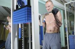 Exercício com peso. Fotografia de Stock