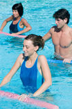 Exercício da aptidão na piscina da água Imagens de Stock Royalty Free