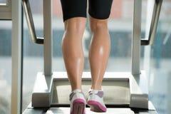 Exercício em uma escada rolante Fotos de Stock Royalty Free