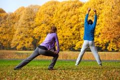 Exercício no parque colorido do outono Imagens de Stock Royalty Free