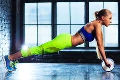 Exercícios abdominais Foto de Stock