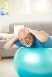 Exercícios sênior ativos felizes na esfera do ajuste Imagem de Stock Royalty Free