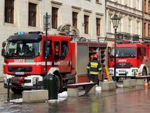 Exerce les sapeurs-pompiers dans la vieille partie de la ville pendant l'hiver Élimination du feu et des catastrophes naturelles  Images stock