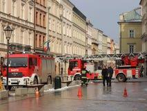 Exerce les sapeurs-pompiers dans la vieille partie de la ville pendant l'hiver Élimination du feu et des catastrophes naturelles  Photo libre de droits