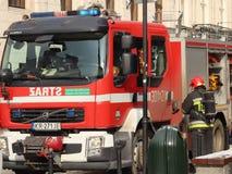 Exerce les sapeurs-pompiers dans la vieille partie de la ville pendant l'hiver Élimination du feu et des catastrophes naturelles  photo stock