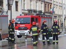Exerce les sapeurs-pompiers dans la vieille partie de la ville pendant l'hiver Élimination du feu et des catastrophes naturelles  Image libre de droits