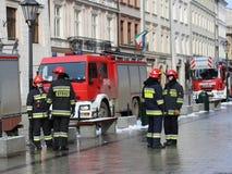 Exerce les sapeurs-pompiers dans la vieille partie de la ville pendant l'hiver Élimination du feu et des catastrophes naturelles  Photos libres de droits