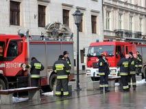 Exerce les sapeurs-pompiers dans la vieille partie de la ville pendant l'hiver Élimination du feu et des catastrophes naturelles  Photographie stock libre de droits