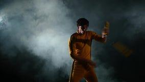 Exercez-vous avec le nunchaku, du jeune karaté banque de vidéos