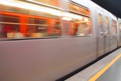 Exercez-vous que les voyages jeûnent dans la station de métro sur la voie Image stock