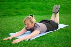 Exercice âgé moyen de femme photos stock