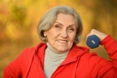 Exercice aîné convenable de femme Photographie stock