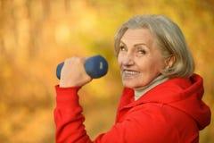 Exercice aîné convenable de femme Image libre de droits