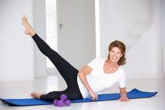 Exercice aîné de femme Photos stock
