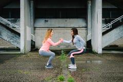 Exercice accroupi et séance d'entraînement de femmes urbaines de forme physique Photos stock