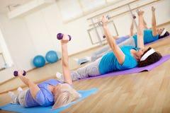 Exercice avec des haltères Photos stock