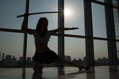 Exercice avec l'épée de katana Image libre de droits