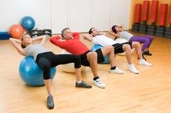 Exercice avec la bille de forme physique à la gymnastique Photographie stock libre de droits