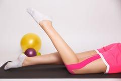 Exercice avec la blessure à la jambe photos libres de droits