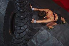 Exercice avec le pneu images libres de droits