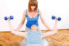 Exercice avec un entraîneur personnel photos stock