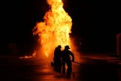 Exercice contre l'incendie avec le feu images stock