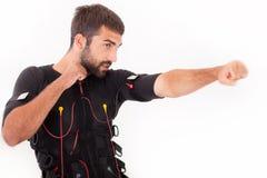 Exercice convenable d'homme sur l'électro machine musculaire de stimulation Image stock