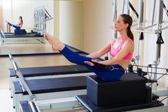 Exercice d'énigme de boîte de short de femme de réformateur de Pilates image stock