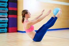 Exercice d'énigme de boule de stabilité de femme de Pilates image libre de droits