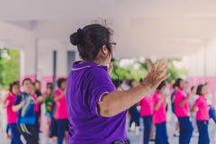 Exercice d'aérobic de professeurs et d'étudiants pendant l'après-midi avant g Image libre de droits