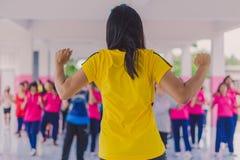 Exercice d'aérobic de professeurs et d'étudiants pendant l'après-midi avant g Images libres de droits