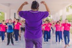 Exercice d'aérobic de professeurs et d'étudiants pendant l'après-midi avant g Photographie stock libre de droits