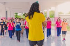 Exercice d'aérobic de professeurs et d'étudiants pendant l'après-midi avant g Photos libres de droits