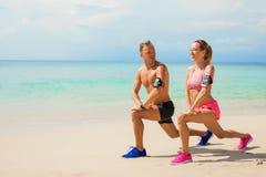 Exercice d'amis ensemble sur la plage Photos libres de droits