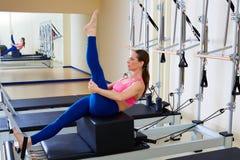 Exercice d'arbre de boîte de short de femme de réformateur de Pilates photos libres de droits