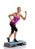 Exercice d'aérobic d'étape de femme Photos libres de droits