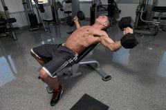 Exercice d'haltères pour le coffre Photos stock