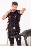 Exercice d'homme sur l'électro machine musculaire de stimulation Image libre de droits