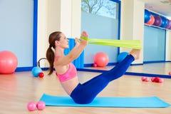 Exercice d'une bande élastique d'énigme de femme de Pilates image stock