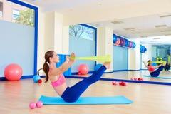 Exercice d'une bande élastique d'énigme de femme de Pilates photos libres de droits