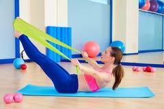 Exercice d'une bande élastique d'énigme de femme de Pilates image libre de droits