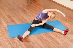 Exercice dans le gymnase Photo libre de droits