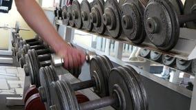 Exercice dans le gymnase Choix du bon poids des haltères clips vidéos