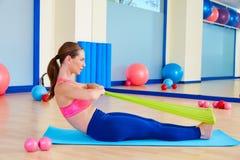 Exercice de aviron d'une bande élastique de femme de Pilates image stock