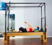 Exercice de Cadillac de réformateur de pilates de femme enceinte Image stock