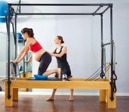 Exercice de Cadillac de réformateur de pilates de femme enceinte Photo libre de droits