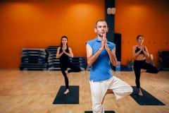 Exercice de concentration, groupe femelle de yoga Photographie stock libre de droits