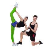 Exercice de couples de forme physique d'aérobic d'isolement dedans Photos libres de droits
