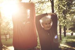 Exercice de détente et fonctionnant de couples supérieurs ensemble dans la PA image libre de droits